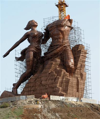 MONUMENT DE LA RENAISSANCE AFRICAINE, La ressemblance est frappante